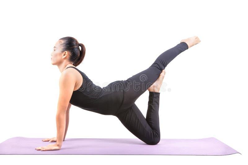 Porträt der asiatischen Frau den Anzug des schwarzen Körpers tragend, der im Yoga sitzt stockfoto