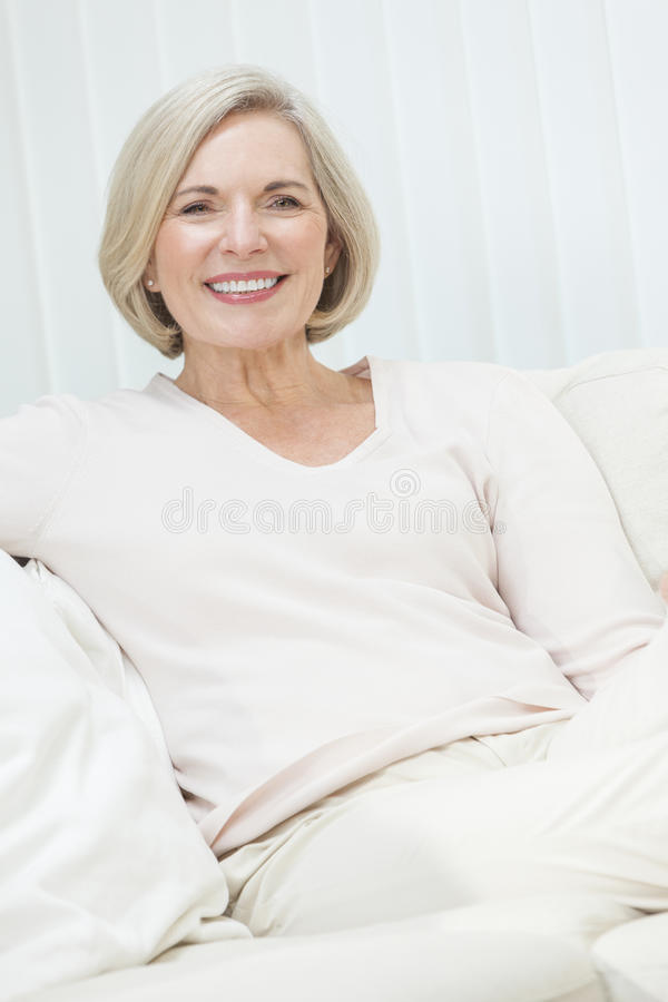 Porträt der attraktiven älteren Frau lizenzfreie stockfotografie