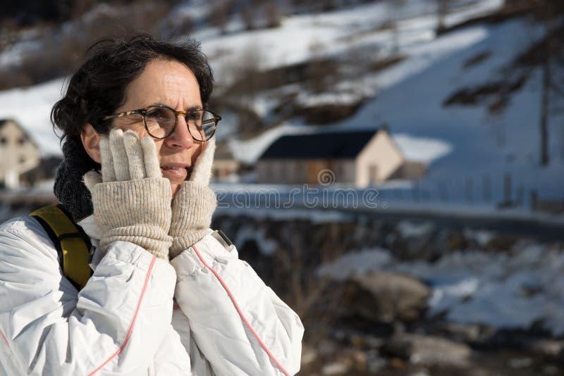 Porträt der attraktiven älteren Frau im Schnee stockfotos