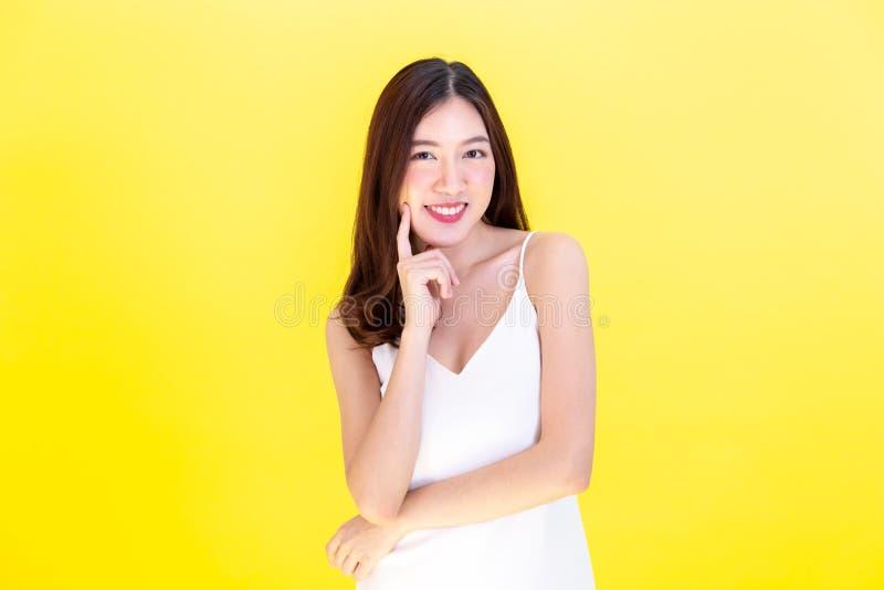 Porträt der attraktiven asiatischen lächelnden Frau, die netten Ausdruck zeigt lizenzfreies stockfoto
