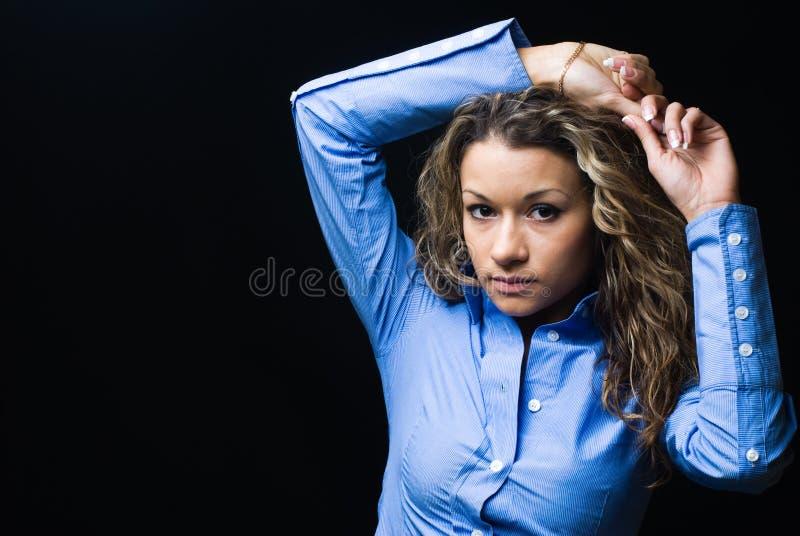Porträt der attraktiven Brunettefrau stockfoto
