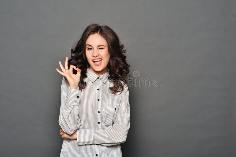 Porträt der attraktiven Brunettegeschäftsfrau stockfoto