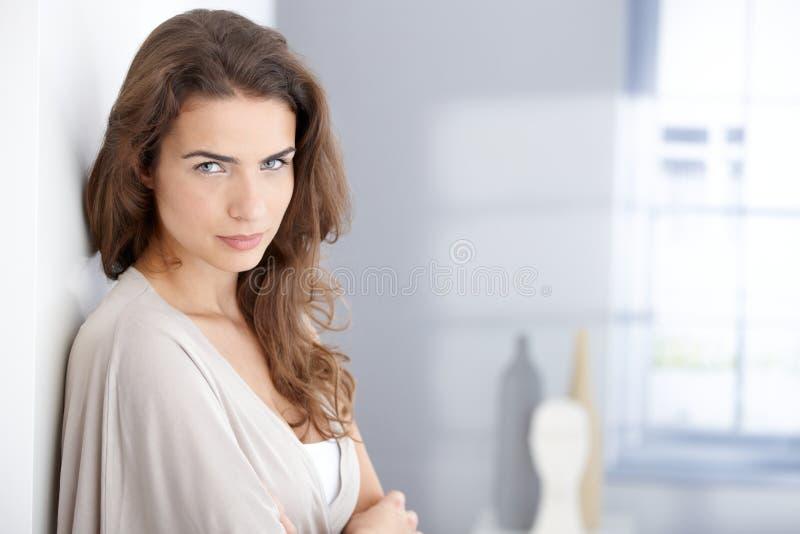 Porträt der attraktiven Frau ein Haus lizenzfreie stockfotografie