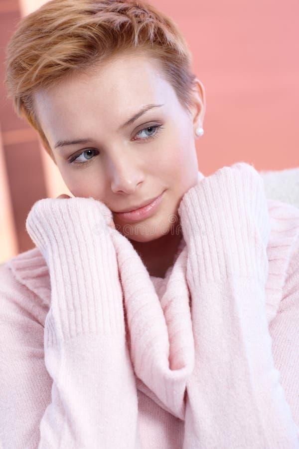 Porträt der attraktiven Frau im rosa Pullover lizenzfreie stockbilder