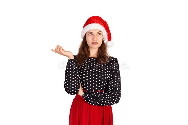 Porträt der attraktiven Frau oben zeigend mit dem Zeigefinger emotionales Mädchen im Weihnachtsmann-Weihnachtshut lokalisiert auf lizenzfreie stockfotografie