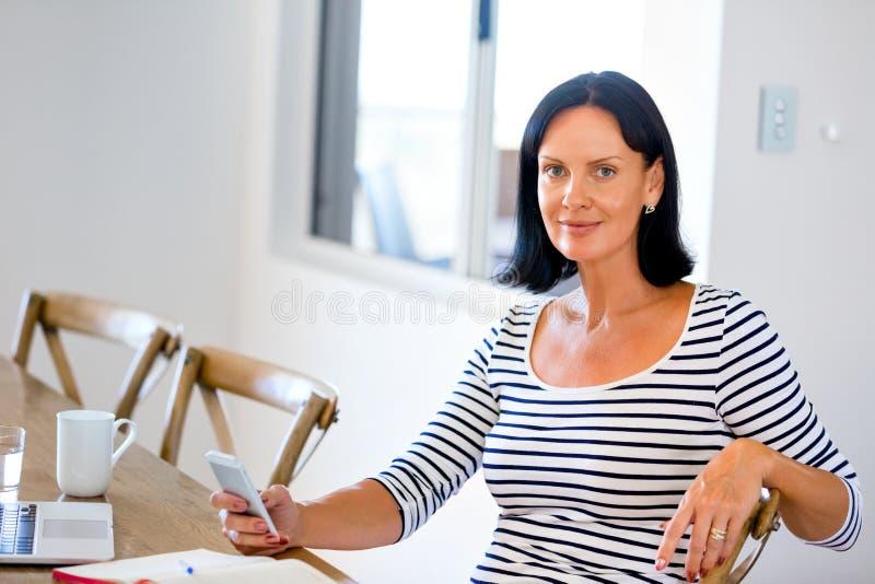 Porträt der attraktiven Frau Telefon halten stockbild