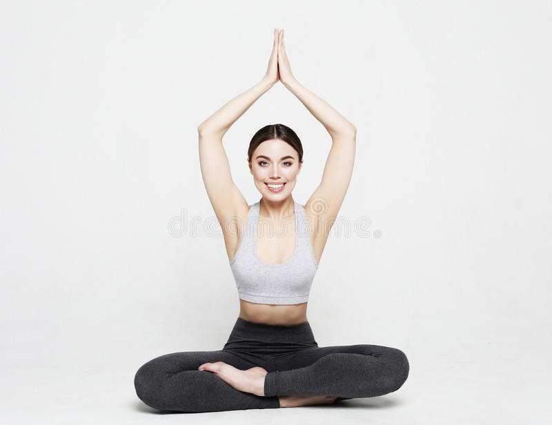Porträt der attraktiven Frau Yoga, pilates tuend über hellgrauem Hintergrund Gesunder Lebensstil und Sportkonzept lizenzfreie stockfotos