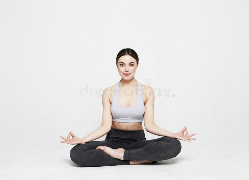 Porträt der attraktiven Frau Yoga, pilates tuend über hellgrauem Hintergrund Gesunder Lebensstil und Sportkonzept stockfoto