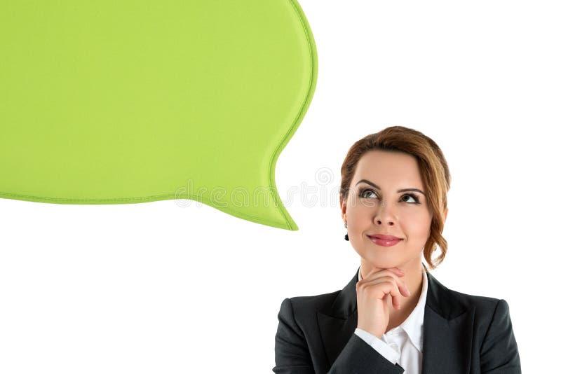 Porträt der attraktiven Geschäftsfrau, die oben denkt und schaut lizenzfreie stockfotografie