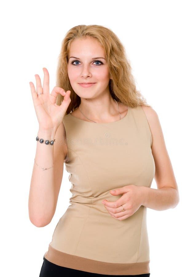 Porträt der attraktiven Geschäftsfrau OKAYzeichen anzeigend stockbilder