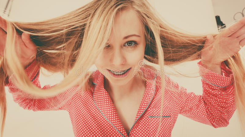Porträt der attraktiven jungen Frau, die nette Pyjamas trägt stockfotografie