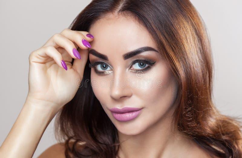 Porträt der attraktiven jungen Frau mit schönem Make-up lizenzfreie stockbilder