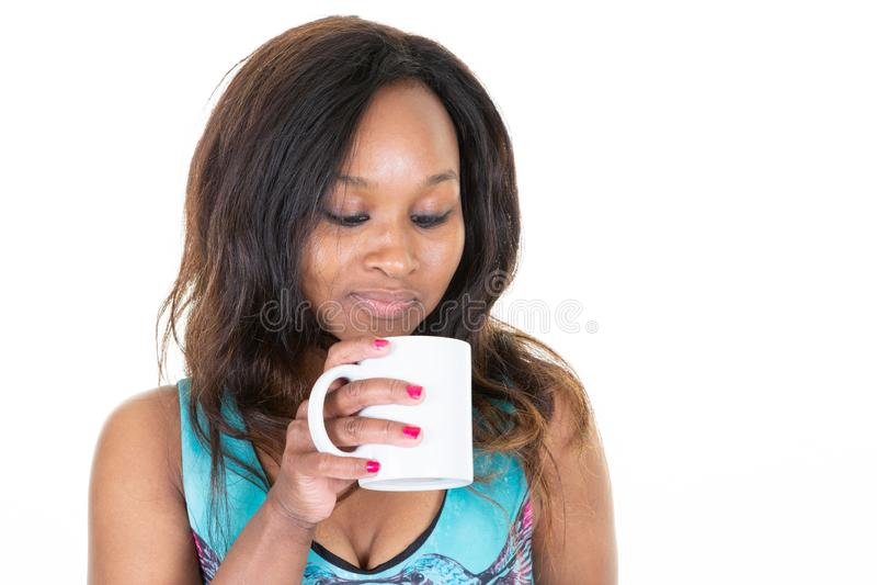 Portr?t der attraktiven jungen Mischrassefrau mit Morgen-Teekaffee der Afrofrisurholdingbecherschale trinkendem vor Arbeit, gekle stockbilder