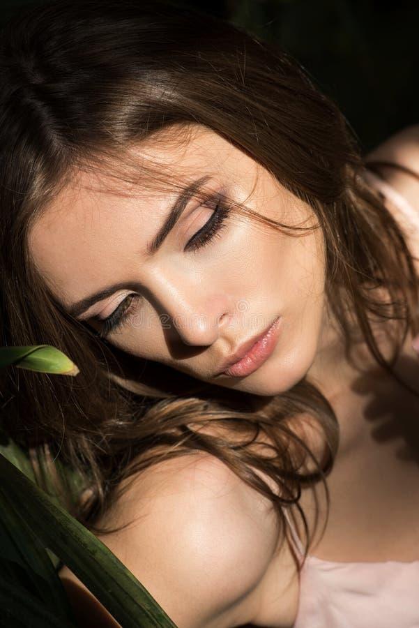 Porträt der attraktiven jungen sinnlichen Frau stockfotografie