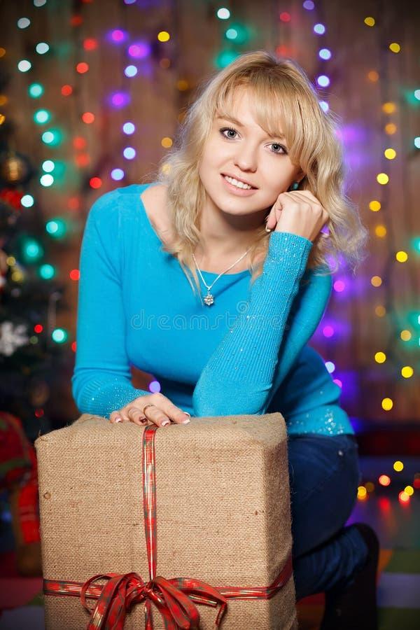Porträt der attraktiven jungen weiblichen bezaubernden Blondine mit einem großen stockfotografie