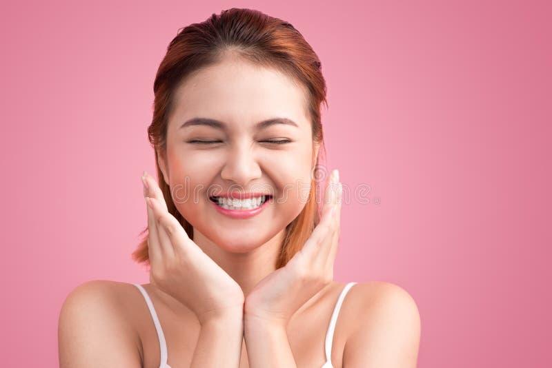 Porträt der attraktiven vietnamesischen Frau, die ihr Gesicht berührt stockbilder