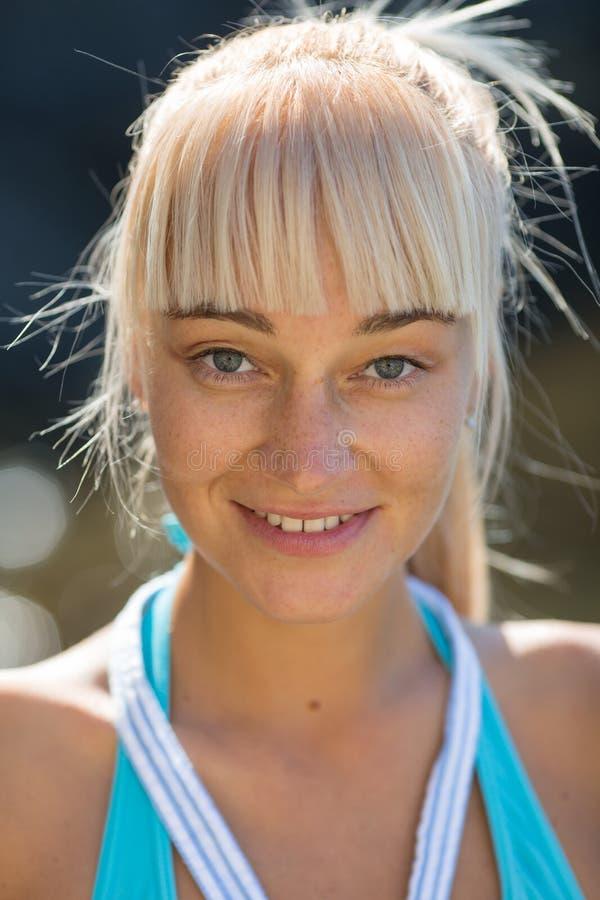 Porträt der attraktiven weiblichen Person auf dem Strand lizenzfreies stockfoto