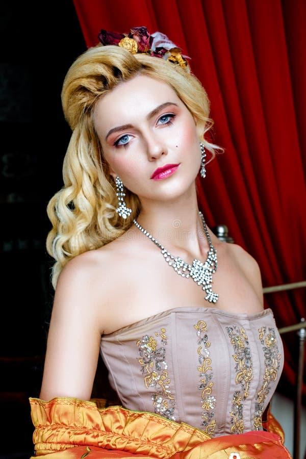 Porträt der barocken Modefrau stockbild