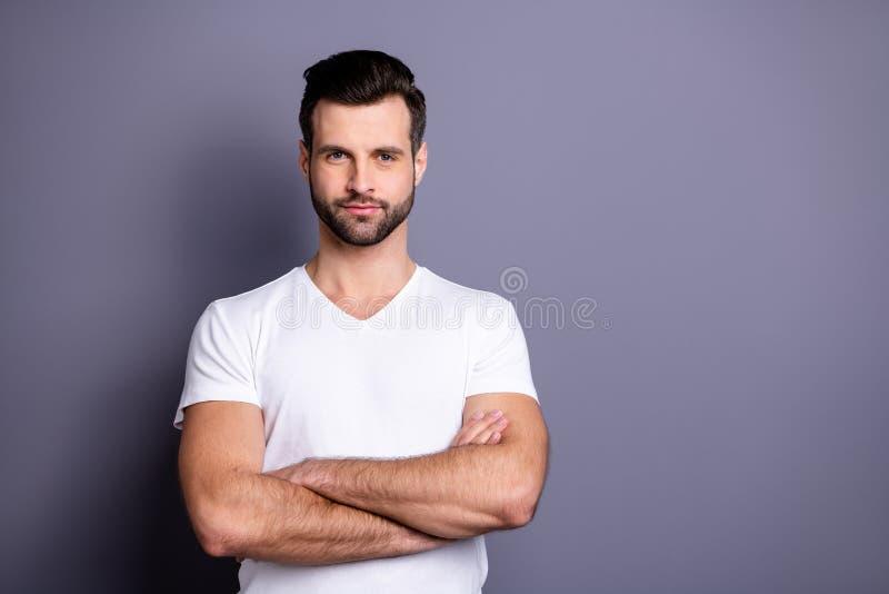 Porträt der bereiten Arbeit der netten netten attraktiven reizenden Person, Problemlösungsentscheidungen zu lösen tragen die weiß lizenzfreie stockbilder