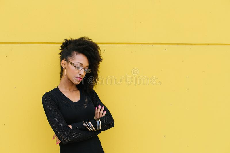 Porträt der Berufsfrau der nachdenklichen Afrofrisur stockfoto