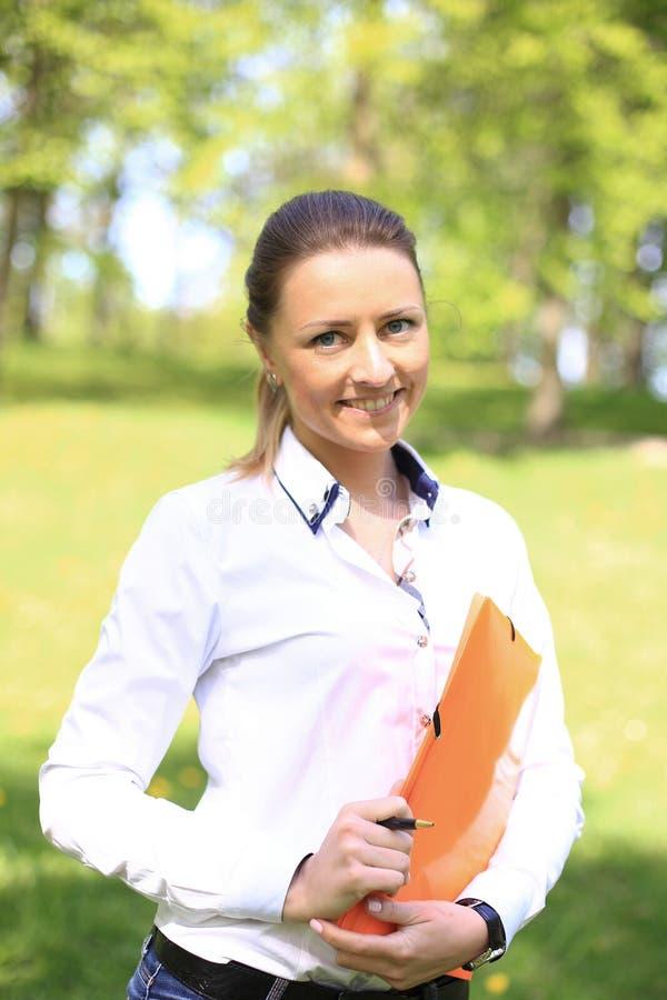 Porträt der beschäftigten Verkaufsfrau am Park lizenzfreie stockfotografie