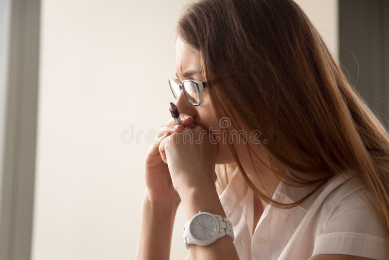 Porträt der besorgten Geschäftsfrau gerichtet auf Arbeit stockbild