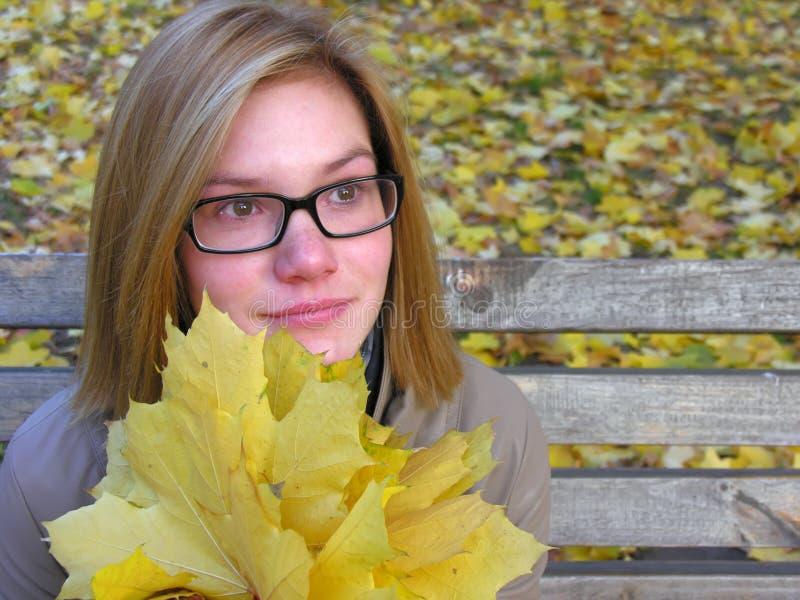 Porträt der besorgten Jugendlichen im Herbstpark stockfotografie