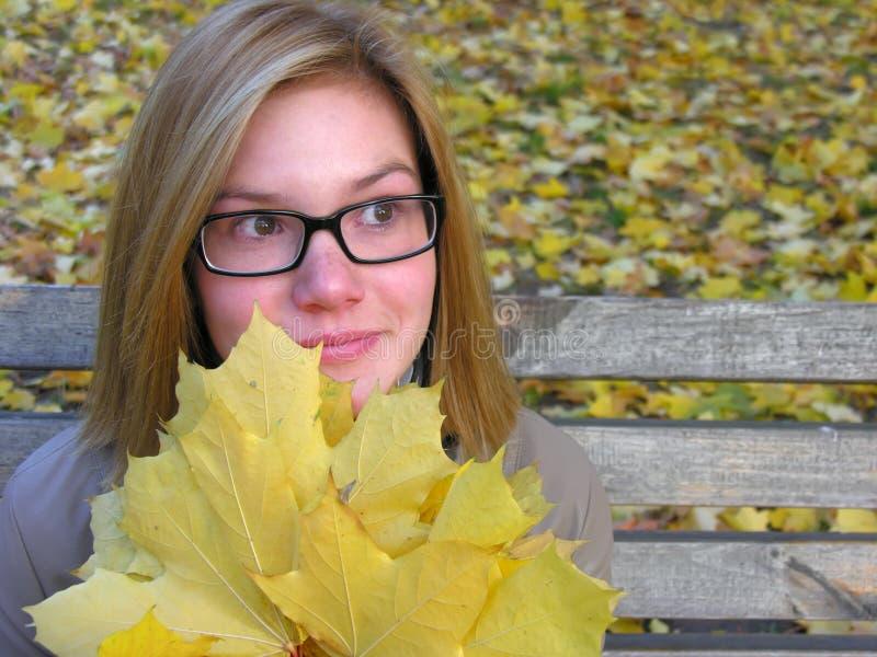Porträt der besorgten Jugendlichen im Herbstpark lizenzfreies stockfoto