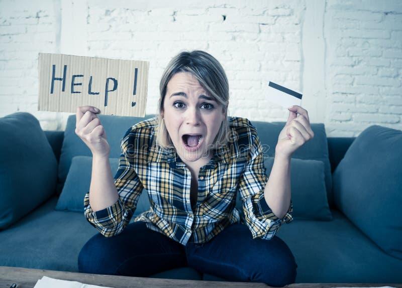 Porträt der betonten und überwältigten jungen Frau mit Schulden zu vieler Kreditkarte lizenzfreie stockfotos