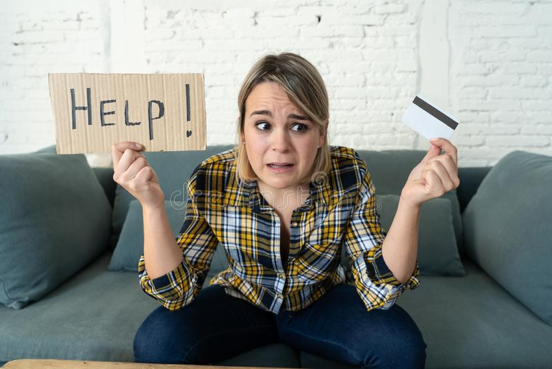 Porträt der betonten und überwältigten jungen Frau mit Schulden zu vieler Kreditkarte lizenzfreies stockfoto