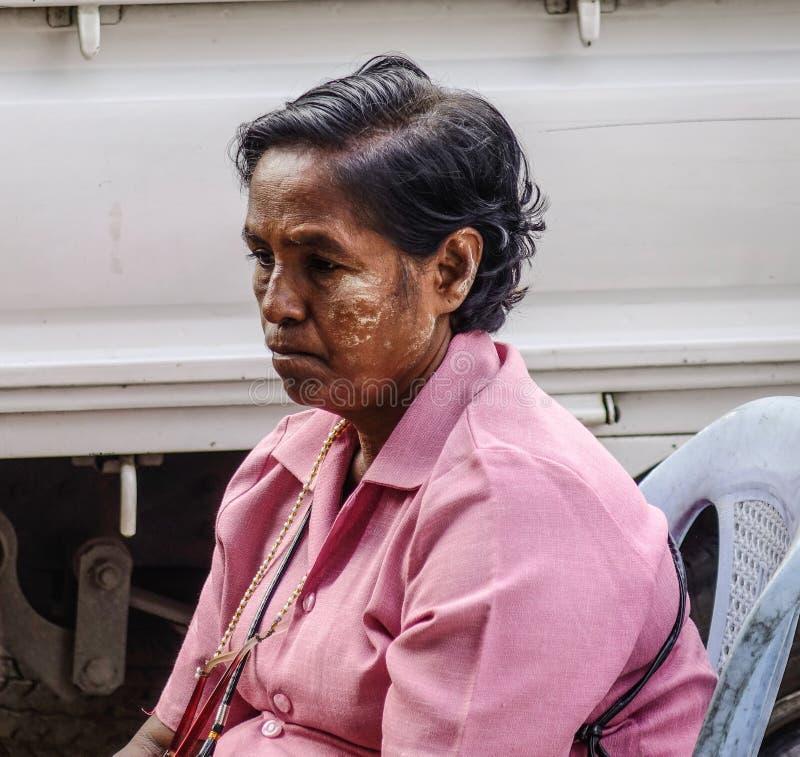Porträt der birmanischen Frau am Straßenmarkt stockfotografie