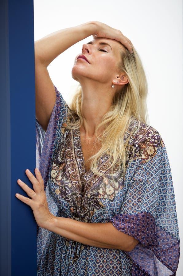 Porträt der blonden Frau im blauen Kleid stockfoto