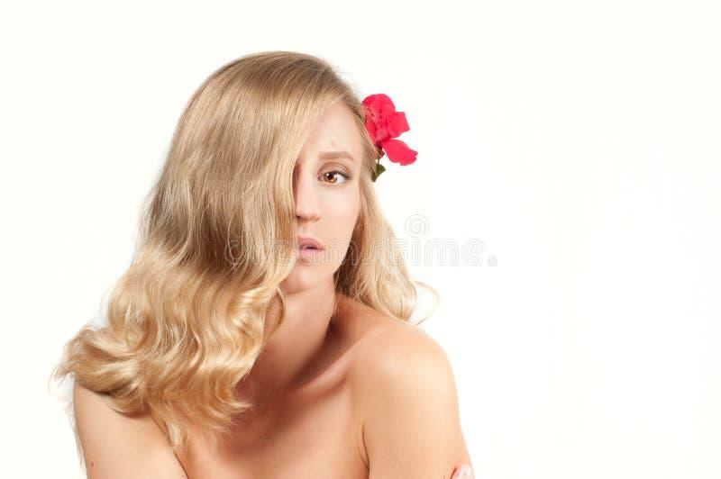 Porträt der blonden Frau mit dem langen gesunden Haar Schönheit und Badekurort, Mädchen mit perfekter Haut lizenzfreies stockbild