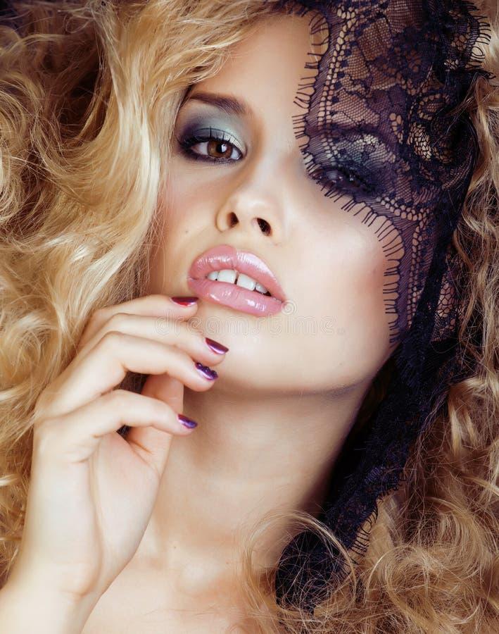 Porträt der blonden jungen Frau der Schönheit durch schwarzen Spitzeabschluß oben lizenzfreies stockfoto