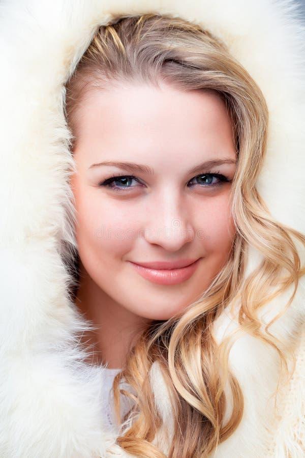 Porträt der blonden jungen Frau im Pelzmantel lizenzfreies stockbild