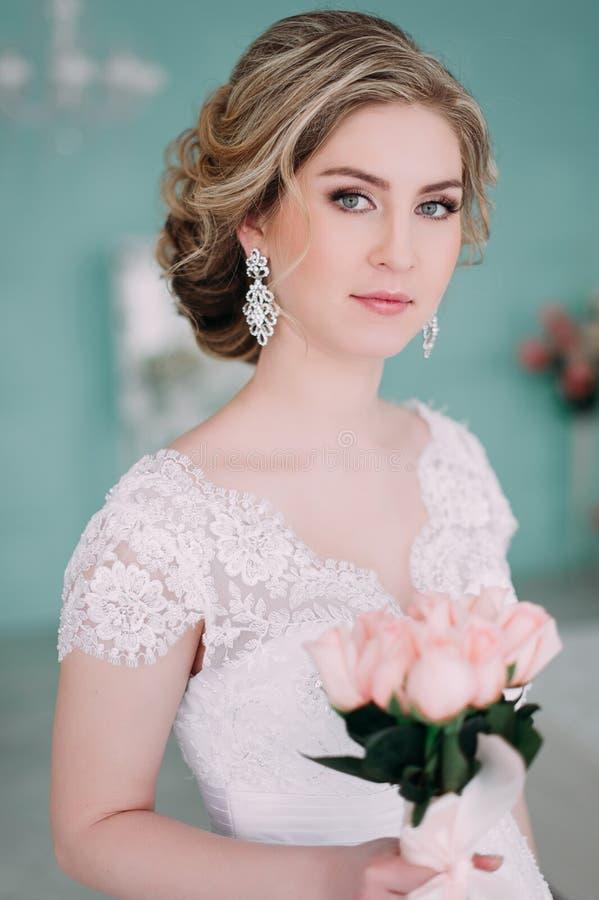 Porträt der Braut im Blumendekor, Studiofoto Schönes Brautporträt-Hochzeitsmake-up und Frisur, Modebraut-Modell jewelr lizenzfreie stockbilder