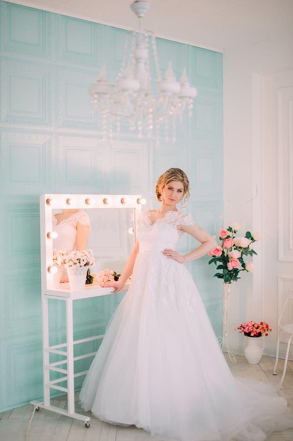 Porträt der Braut im Blumendekor, Studiofoto Schönes Brautporträt-Hochzeitsmake-up und Frisur, Modebraut-Modell jewelr stockbilder