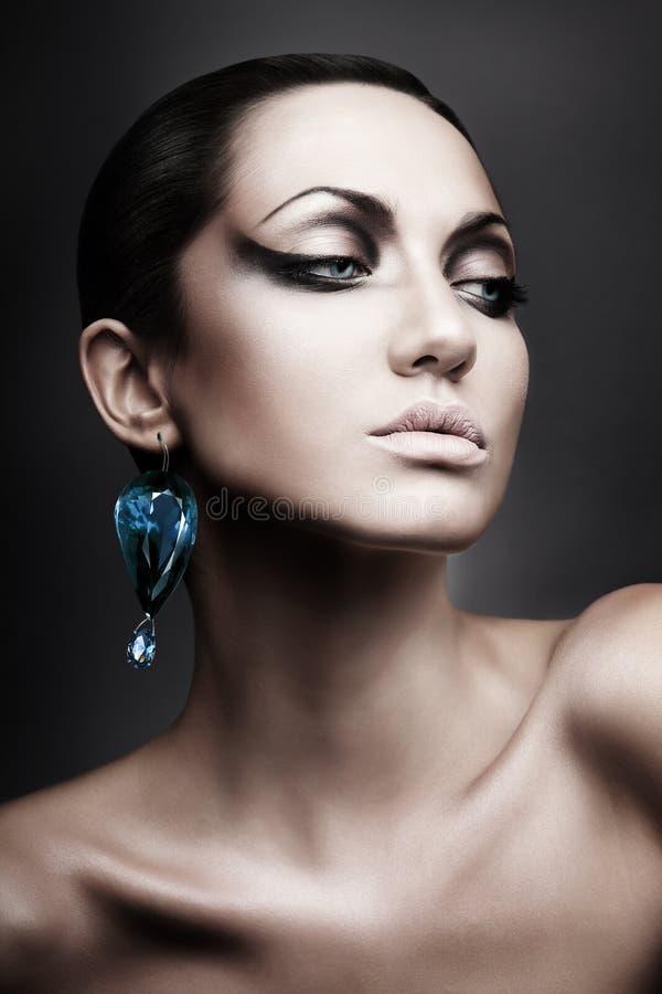 Porträt der Brunettefrau mit Diamanten lizenzfreie stockbilder