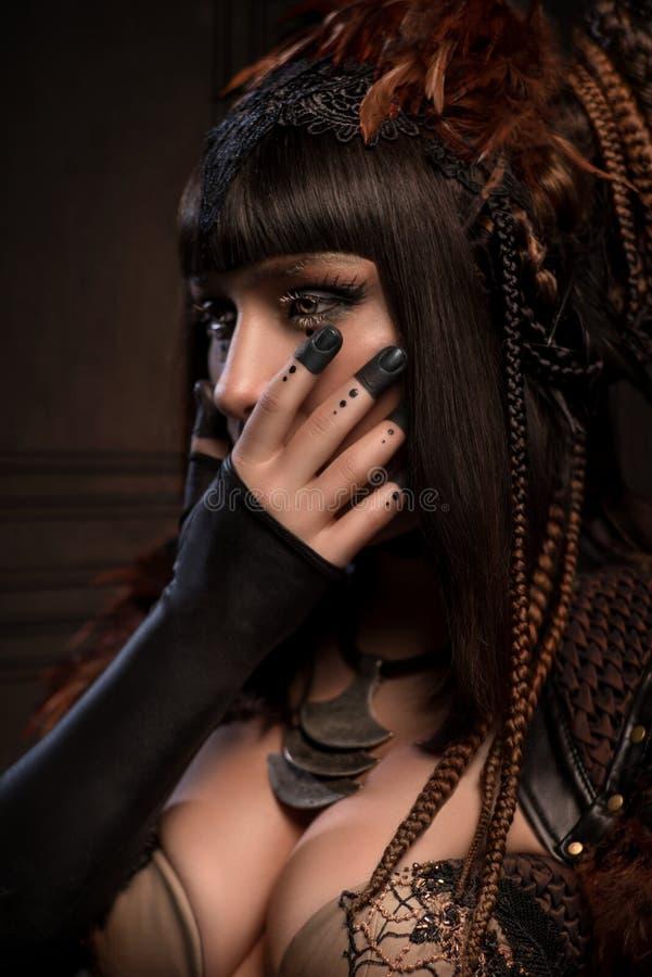 Porträt der Brunettefrau mit dunklem gotischem Make-up lizenzfreie stockfotografie
