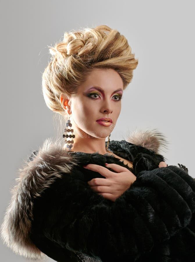 Porträt der eleganten Modefrau stockbild