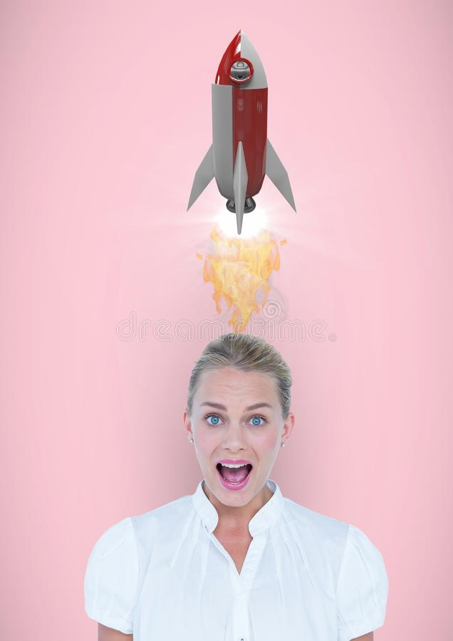 Porträt der entsetzten Frau mit Raketenstartunkosten gegen rosa Hintergrund stock abbildung