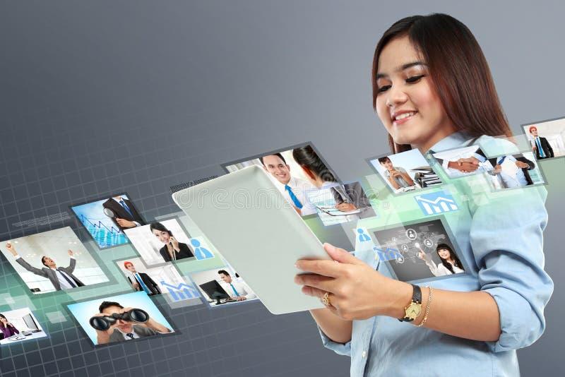 Porträt der erfolgreichen jungen Frau mit Tablette lizenzfreies stockbild