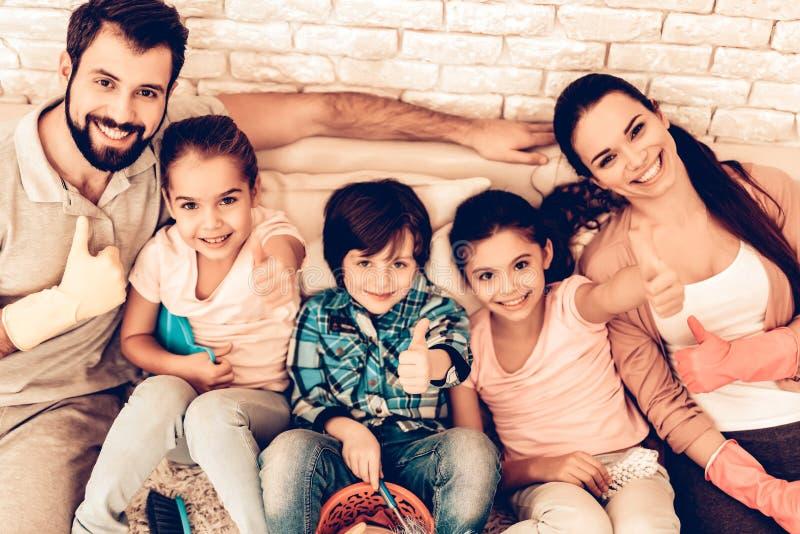 Porträt der erfreuten Familie, nachdem Haus gesäubert worden ist lizenzfreies stockbild