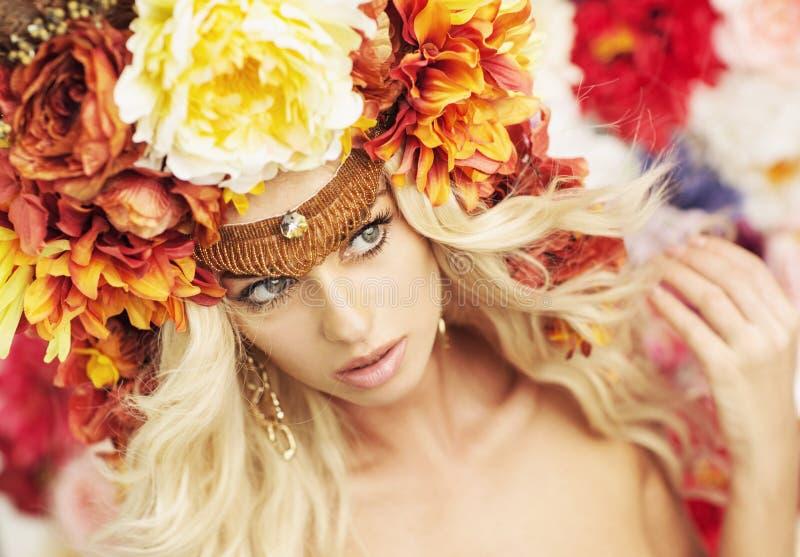Porträt der ernsten Blondine, die enormen Kranz trägt lizenzfreie stockbilder