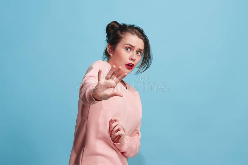 Porträt der erschrockenen Frau auf Blau stockbild