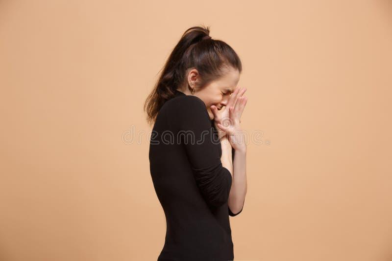 Porträt der erschrockenen Frau auf Pastell lizenzfreies stockfoto
