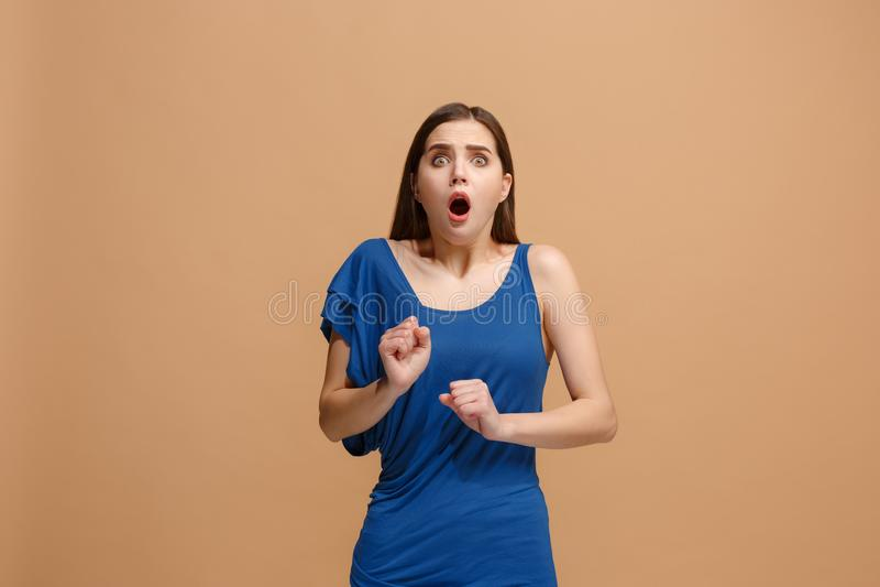 Porträt der erschrockenen Frau auf Pastell lizenzfreie stockfotos