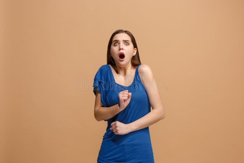 Porträt der erschrockenen Frau auf Pastell lizenzfreies stockbild