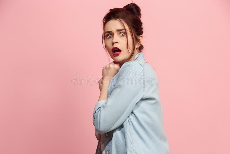Porträt der erschrockenen Frau auf Rosa lizenzfreie stockfotos