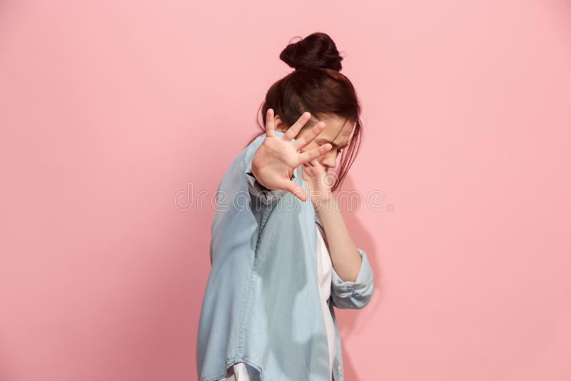 Porträt der erschrockenen Frau auf Rosa lizenzfreies stockfoto